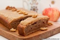 Ābolu maize ar valriekstiem un karameļu glazūru