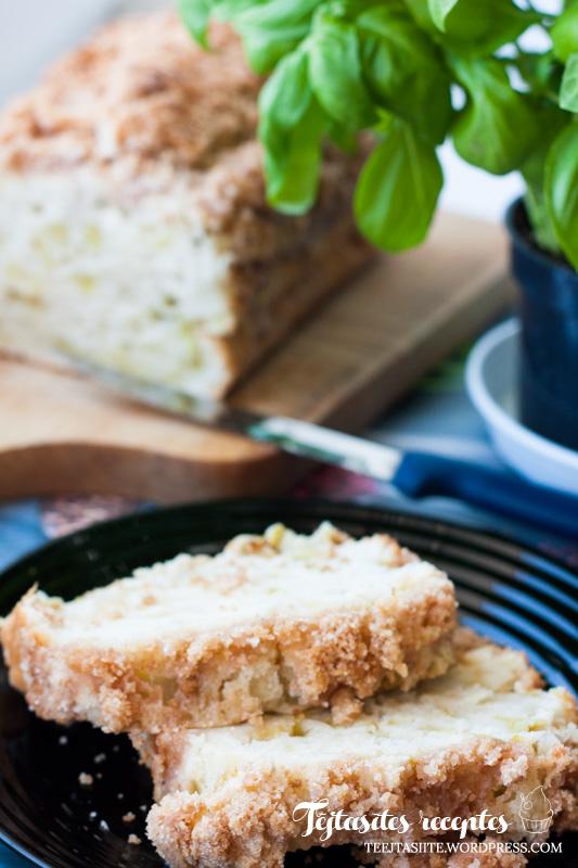 Rabarberu kūka ar drumstalām un skābo krējumu